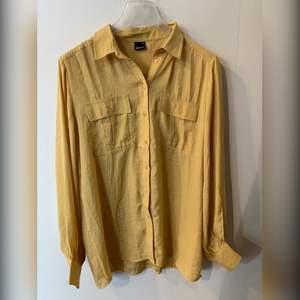 Tunnare skjorta i lite glattare material, helt ny med prislapp. 150kr + frakt