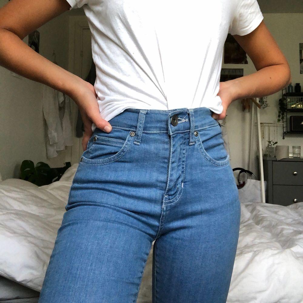 Tajta blåa jeans från dr denim! Superfina och jättesköna! Aldrig använda så de är som nya! Kan mötas upp i Malmö annars står köparen för frakt❤️. Jeans & Byxor.
