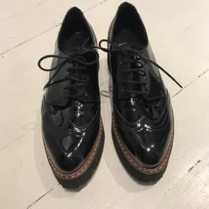 Hej, Jag säljer mina Kurt Geiger skor.  Använda vid ett tillfälle, som oanvända. Storlek 37. Bekväm sko med bra gummisula Nypris: 1200:-. Säljs för halva priset. Kan hämtas i Jönköping, Göteborg eller Falkenberg, annars tillkommer frakt.