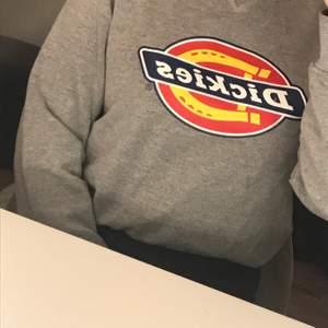 Säljer en dickies sweatshirt i gott skick i storlek s. Relativt lång i modellen men lätt att vila upp så som jag gjort på bilden. Frakt tillkommer