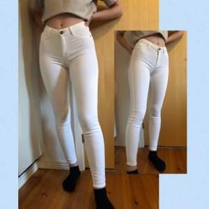 Super fina vita jeans från Gina tricot-molly✨ inte så använda, i bra skick förutom enstaka fläckar(sista bilden) sitter fint o bra överlag. Är 168 cm för referens ⭐️ frakten står köparen för⭐️ 💖 priset kan diskuteras, kontakta vid frågor!💕