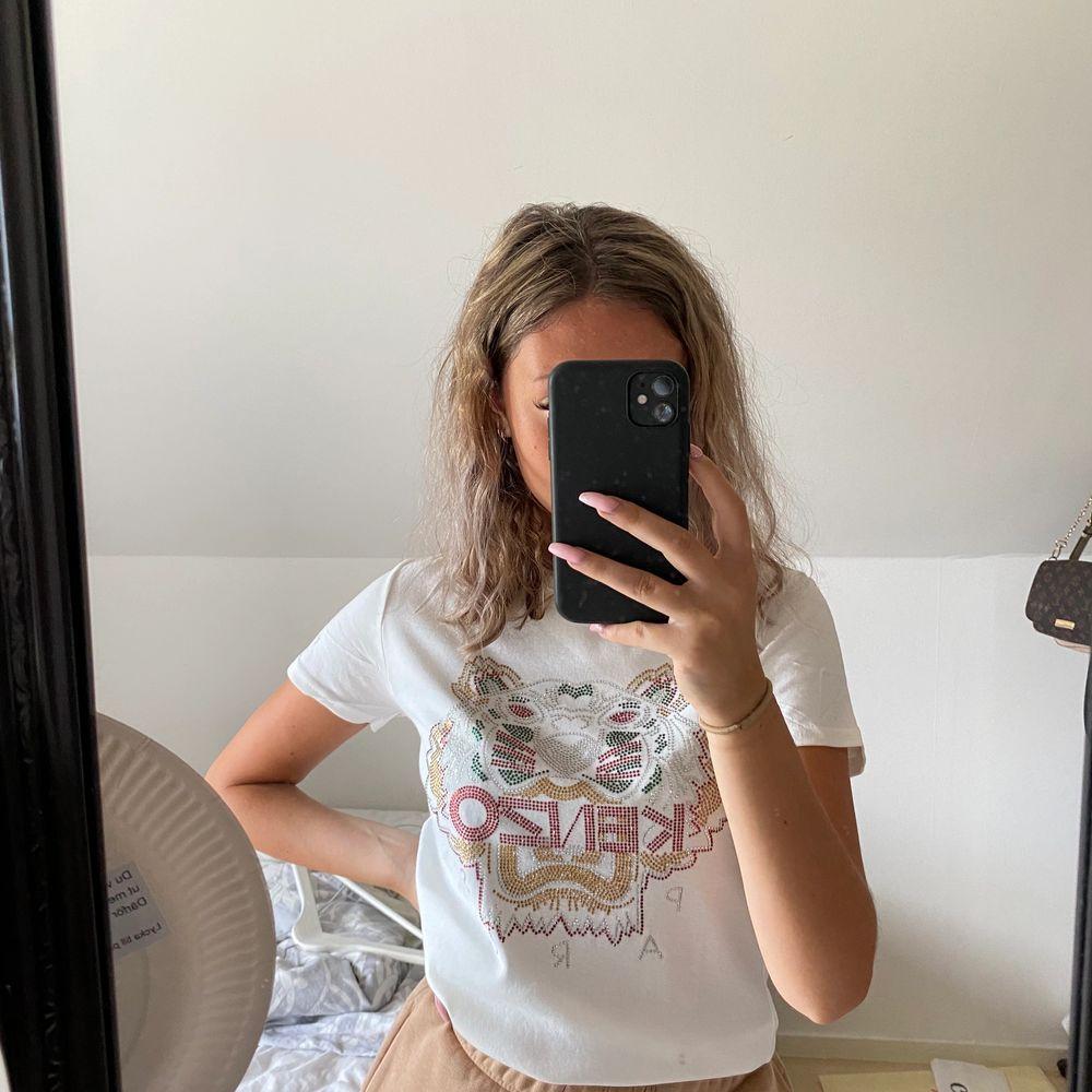 Säljer min vita kenzo t-shirt! Aldrig använd. Priset kan diskuteras vid snabb affär, köparen står för frakt. T-shirts.