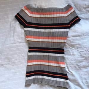 En t-shirt med retrovibe, funkar både on/off shoulder, fint skick📼