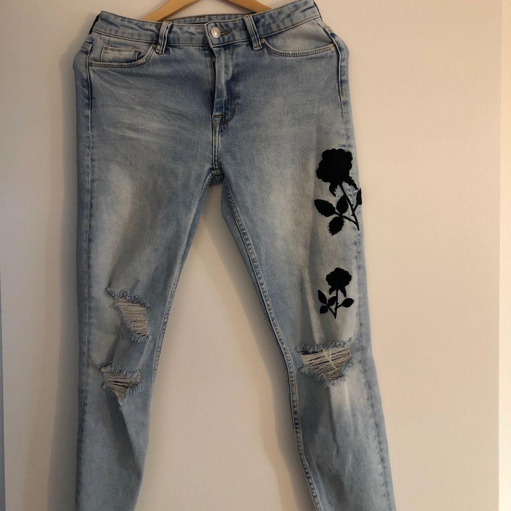 Ljusblå jeans med svart mönster och slitningar. Storlek 36, väldigt bra skick. Köparen står för frakt!. Jeans & Byxor.