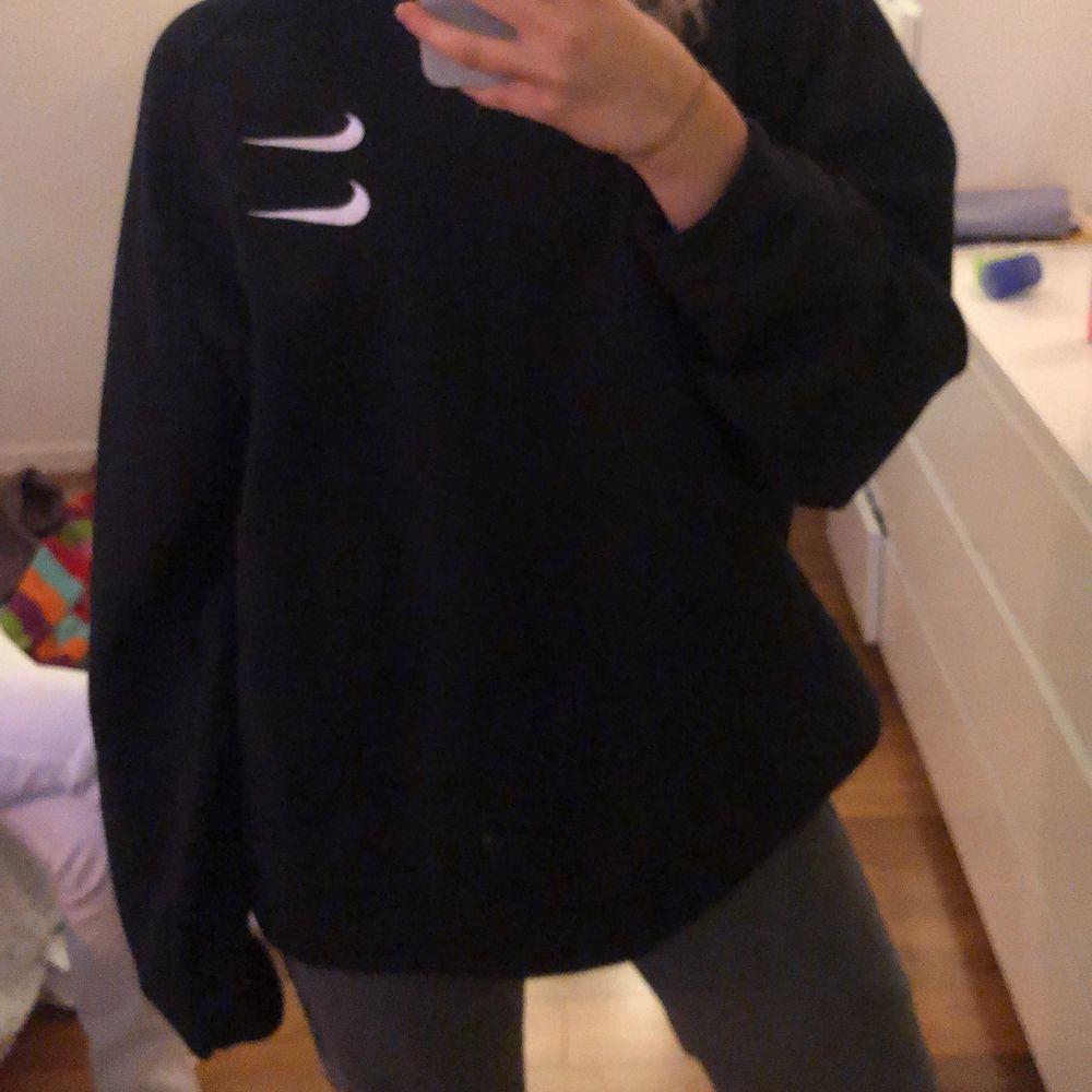 En svart Nike-sweater med ett snyggt tryck på baksidan! Köpt för 600kr & säljer för 400kr + frakt! Pris kan diskuteras! Storlek L men sitter som oversized. Tröjor & Koftor.