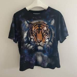Svart t-shirt med tigertryck från Carlings:) Frakt: 45kr