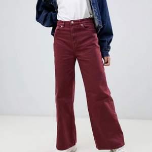 slutsålda jättefina vinröda jeans från weekday i modellen ace, storlek 25/30. knappt använda så i nysick! köparen står för frakt🙏🏼säljer då dem inte kommer till användning