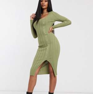 Missguided – Grön ribbad midiklänning med knappdetalj. Som ny i skicket. Lånad bild!
