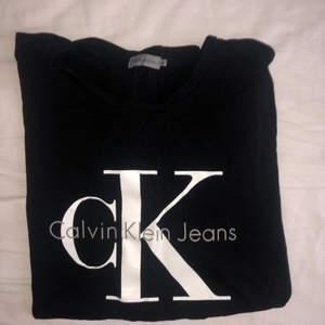 Knappt använd T-shirt från Calvin Klein, köpare står för frakt