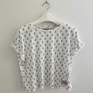 Vit t-shirt med svarta ankare på från Lager 157:) Frakt: 45kr