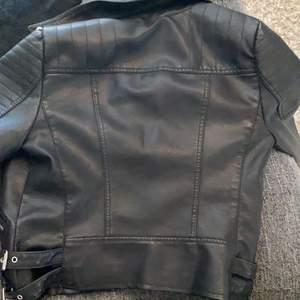 Den är i jätte bra skick använt några gånger. Den är svart med silvriga detaljer. Väldigt ljus brun på insidan. Den har 3 fickor.