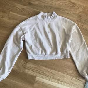 Jättefin beige tröja från nelly i fint skick 💕 storlek M men passar även S