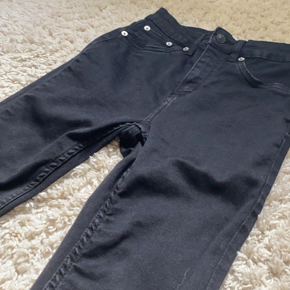 Svarta tajta jeans från lager 157. Stl XS. Köpta för 300 men säljer för 200. Har använt dem ändas en gång så dem är i ny skick. Kontakta om du är intresserad💕. Jeans & Byxor.