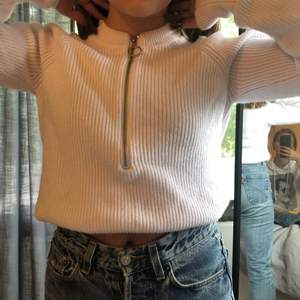 Vit tröja med dragkedja från NAKD i st. xxs, men är stor i storleken