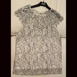En fin h&m tröja jätte fint skick knappt använd i stlk S 🤍 frakt tillkommer 🤍