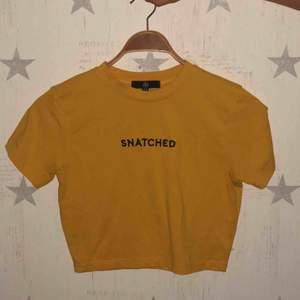 en jättefin gul tröja som är köpt på missguided sommaren 2019. Hittade tyvärr inte det gamla priset. Säljer den för 50 kr plus frakt ❤️