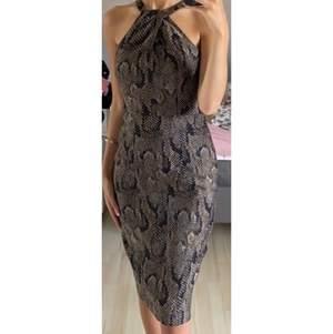 Klänning från H&M i ormmönster✨  Storlek 36✨ Använd endast en gång✨  Formar kroppen riktigt fint✨  Köparen står för frakten✨