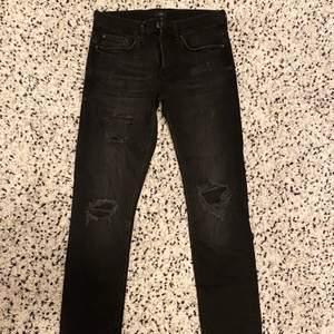 Helt oanvända och nya svarta slitna jeans ifrån River Island. Dessa jeans är endast testade och ALDRIG använda, dock är prislappen ej kvar. Köptes på River Island i Mall Of Scandinavia. FRI FRAKT!