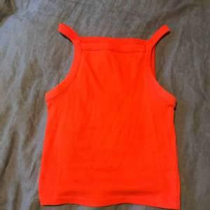 Färg: röd/orange, Strl XXS, men känns mer som XS. Använd några gånger, men plagget är fortfarande i toppskick
