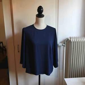 Marinblå blus med vida trekvartslånga ärmar. Storlek 44 men funkar till en S-M. Möts antingen upp i Skellefteå, annars fraktar jag. ❇️(90+frakt)❇️