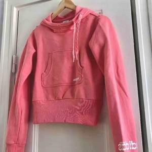 En lite croppad hoodie från Adidas. Storlek 38/medium, damstorlek. Skick: 8/10. Levereras nytvättad. Finnes på Södermalm, Stockholm. Kan postas men då står Du för frakten, (59kr). Mvh Marija