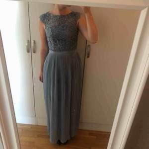 Superfin Ljusblå klänning från en speciallinje från HM från ett par år sedan, endast använd 1 gång på ett bröllop. Tyvärr är lappen borttagen men är i storlek S ungefär och jag är 165cm lång. Inga skador. Perfekt till sommarens bröllop!