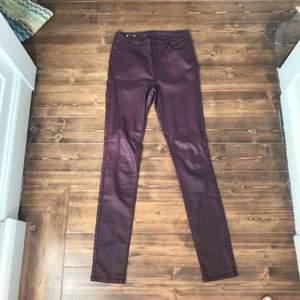 Ett par super snygga vinröda jeans i vaxat material från vila, perfekta inför hösten Nypris:400kr Aldrig använda