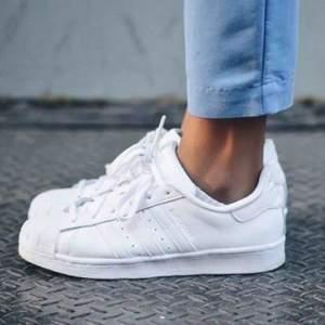 Säljer dessa super fina adidas superstars! Så fint skick! Hel vita! Så cleeant och snyggt nu till våren/sommaren! Pris kan diskuteras vid snabb affär!