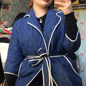 En super söt blå morgonrock/ tunnjacka från 60-talet.  Söta trekvarts armar och små volanger. Köpt på loppis! I fint skick! ✨🌟 betalaren står för frakt eller så möts vi