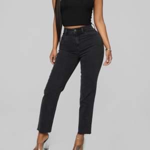 Super populära charcoal jeans från Fashionnova. Mom jeans modell, näst intill helt oanvända. Jätte stretchigt och verkligen skönt rörligt material som alla fashionnova jeans! Strl 5 på hemsidan. Säljer då de är för stora på mig!