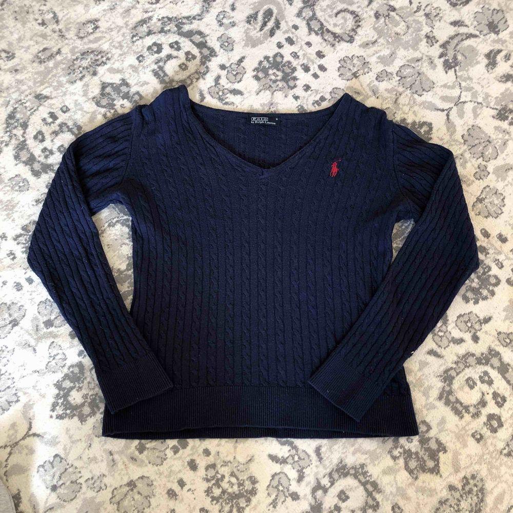 fin Ralph Lauren tröja, marinblå. stolek S men känns mer som XS, hör av dig för frågor. Toppar.