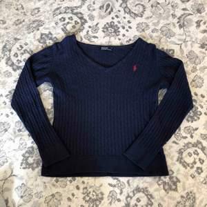 fin Ralph Lauren tröja, marinblå. stolek S men känns mer som XS, hör av dig för frågor