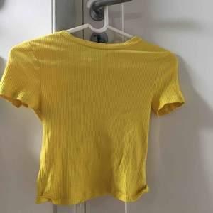 Söt t-shirt från H&M endast använd en gång🦋