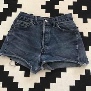 Flitigt använda Levi's shorts, men inte mycket slitage. Säljes pga för små.  Säljer dem för 120 kronor plus fraktkostnad 🌞
