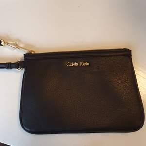 Säljer min äkta Calvin Klein clutch bag då en inte kommer till användning  Den är köpt i USA och är oanvänd   Mått; Längd 20cm Höjd 14cm. Frakt ingår i priset  💌