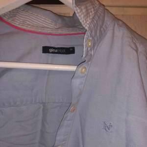 Skjorta från Gina tricot, välanvänd men inte sliten eller så. Behöver bara en strykning..Fin passform!   möts upp och fraktar (tillkommer)🤍