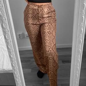Högmidjade kostymbyxor från Anna Nooshin X NA-KD, storlek M, passar även S, fint skick.  Hämtas i Sundbyberg eller fraktas. Frakt kostar 62kr extra, postar med videobevis. Jag garanterar en snabb och pålitlig affär!🌸