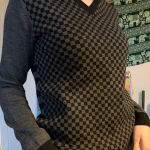 Snygg tröja med v-ringning, ryggen är randig och framsidan schackrutig. Lite noppig på några ställen men annars inga defekter!❣️
