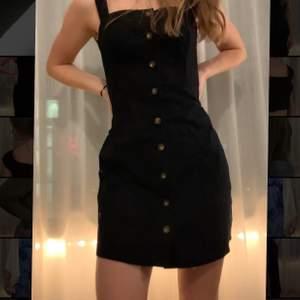 Super snygg klänning! använd ett fåtal gånger men är nu för liten 💖 Passar både XS och S