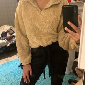 Sjukt fin tröja från HM som jag köpte i våras, den är i teddy material och jättemjuk samt sparsamt använd! GRATIS FRAKT