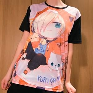 Anime T-shirt (graphic) från serien Yuri On Ice. Köpt på ett konvent. 🧚🏼🧚🏼 Den har motiv på hela framsidan och är svart på baksidan. Köparen står för frakten (möta ej pga covid), plagget tvättas självklart innan den skickas. Skriv till mig om du undrar något 💖💖