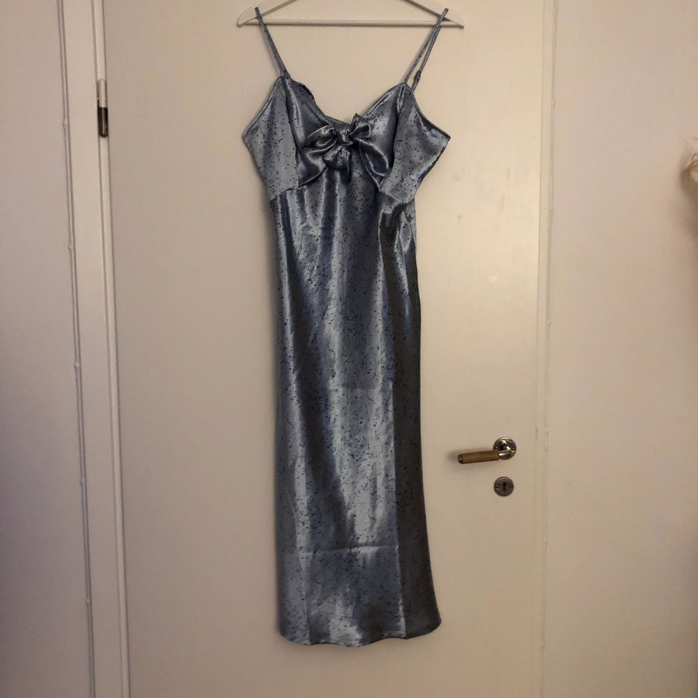 Satin dress från Nelly, väldigt fin men för stor för mig tyvärr! Bara testad så aldrig använd! . Klänningar.