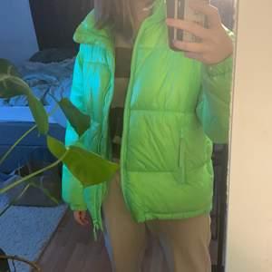 En neon grön plugget jacket från weekday!!! I asbra skick, köpt för 800 i början av 2020. Nästan aldrig använd och HUR VARM SOM HELST