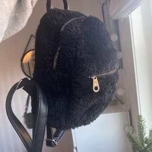 En lurvig mini ryggsäck, som passar till allt och alla!! Använd fåtal gånger och fint skick💕💕💖