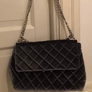 En grå super fin väska från Gina tricot som har mycket utrymme men ändå liten. Den är helt oanvänd pga att jag aldrig fått användning för den. Köpt för 400kr.