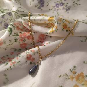 Halsband som jag gjort med ett hänge från en vintage-affär. Jättefin med guldfärgat återvunnet kedja och justerbart spänne, passar jättebra ihop med andra halsband :) priset är inkl frakt!
