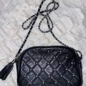 Väska från Lindex som inte sälja längre, endast nitar på ena sidan av väskan! Lite sprucken i materialet vid dragkedjan (bild 3) men inget man tänker på! Pris + 44kr frakt, hör av er vid frågor! 🦋