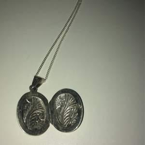 Sött halsband, en medaljong med plats för litet foto ❤️