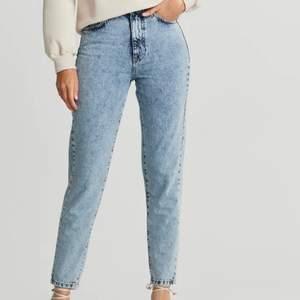 Säljer dessa jeansen från ginatricot. Det är ett par mom jeans. Nypris-500 mitt pris-200. Bra skick