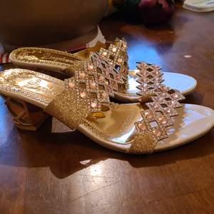 Jättefina skor storlek 41. Säljer dem för 200nk med frakt inräknat.  Aldrig använda.